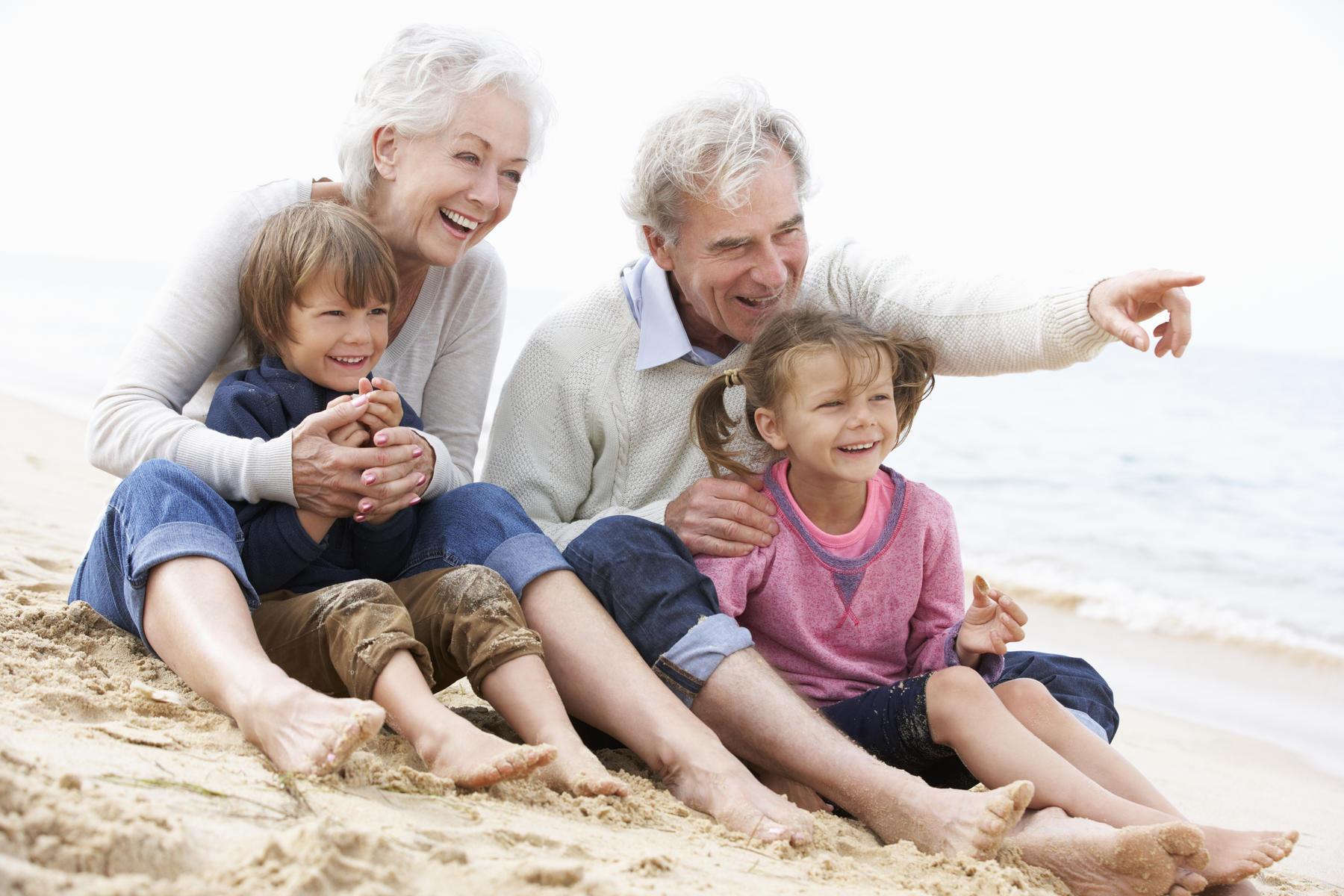 پرستار سالمند کنار خانواده