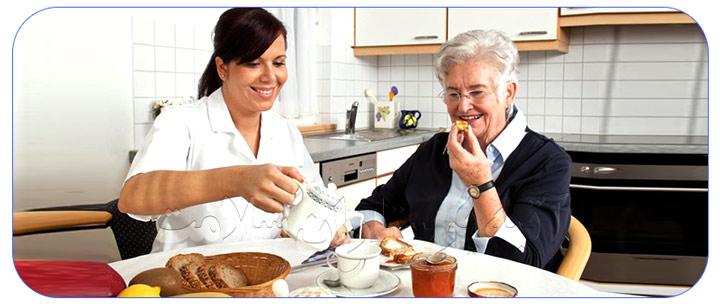 پرستار سالمند سالم با تغذیه