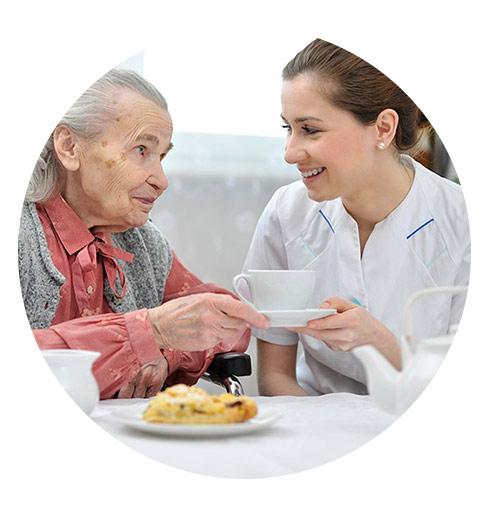 خدمات یک پرستار سالمند در منزل آتیه سلامتان