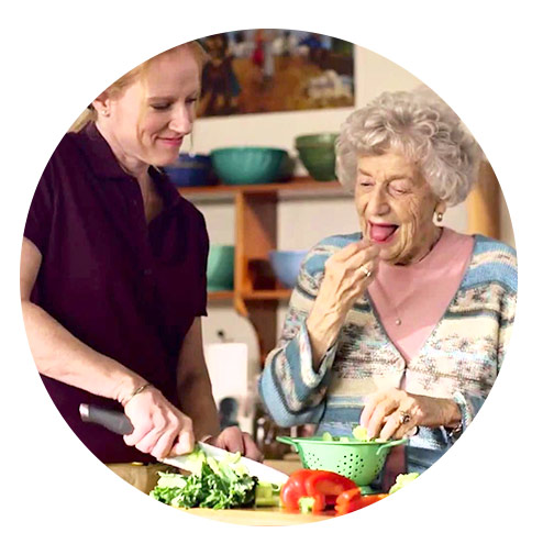 مراقب سالمند برای انجام امور منزل و آشپزی آتیه