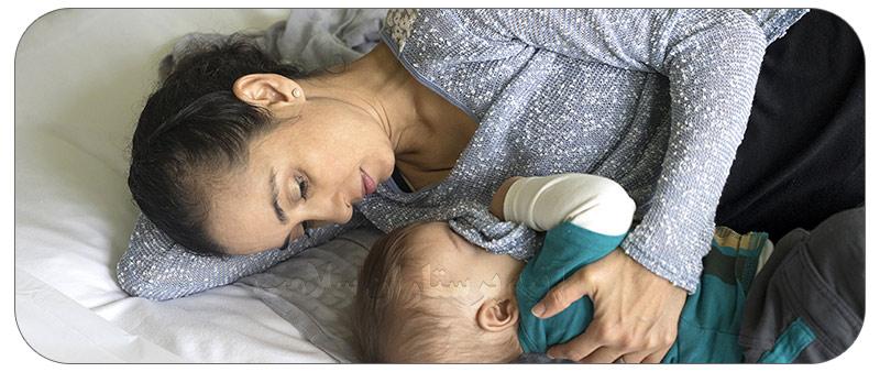 روش صحیح بیدار کردن نوزاد برای شیر